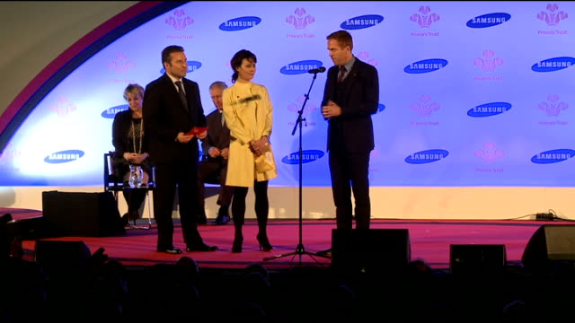 prince's trust celebrate success awards 2013; damian lewis and helen mccrory present award - ヘレン マックローリー点の映像素材/bロール