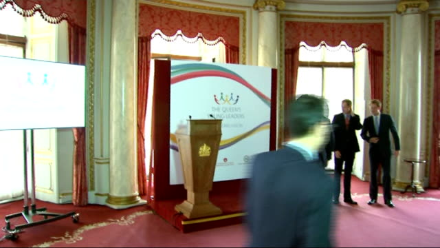 vídeos y material grabado en eventos de stock de princes william and harry launch the queen's young leaders programme at buckingham palace people in room chatting / john major william and harry... - palace room