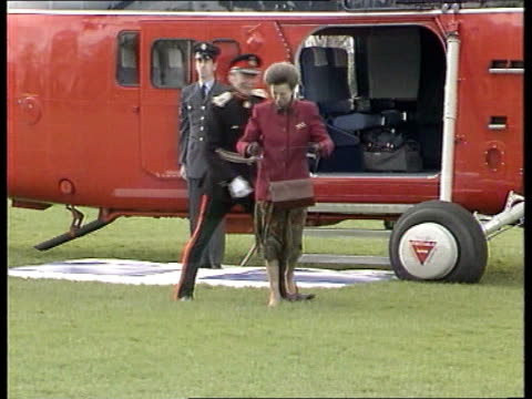 divorce:; c)naf england: hampshire: lms princess anne off helicopter as shakes officer in ceremonial uniform and walks towards side princess anne... - 離婚点の映像素材/bロール