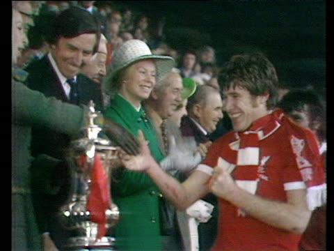 princess anne presents fa cup trophy to liverpool captain emlyn hughes liverpool vs newcastle united 1974 fa cup final wembley london - principessa video stock e b–roll