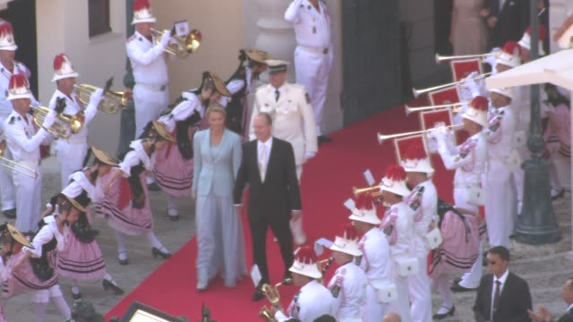 vídeos de stock, filmes e b-roll de princess charlene and hsh prince albert ii of monaco at the monaco royal wedding first appearance of married couple at monaco - príncipe alberto ii de mônaco