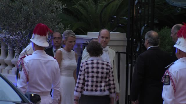 vídeos de stock, filmes e b-roll de princess charlene and prince albert of monaco with guests at the monaco royal wedding reception arrivals at monaco - hóspede