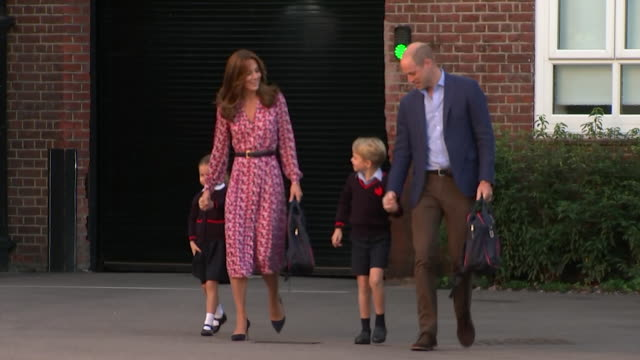 vídeos y material grabado en eventos de stock de princess charlotte arrives for first day of school at thomas' battersea accompanied by duke and duchess of cambridge and prince george - primer dia de clase