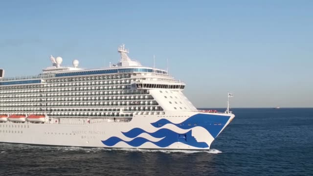vídeos de stock e filmes b-roll de princess cruises' newest ship majestic princess sailing out of the port of civitavecchia on may 21 2017 in rome italy beginning a 49 day trip from... - princesa