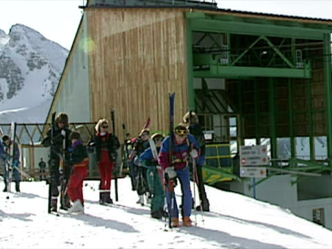 princess diana and princes william and harry skiing - 1994 bildbanksvideor och videomaterial från bakom kulisserna