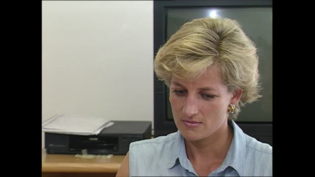 princess diana angola visit: day four:; angola: luanda: two shot with reporter steve scott diana, princess of wales interview sot - i saw as a... - プリンセス点の映像素材/bロール