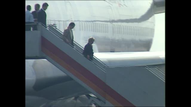 princess diana angola visit: day one:; angola: luanda: ext airport, plane landing, princess diana down steps of plane - 1日目点の映像素材/bロール