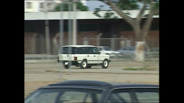 princess diana angola visit: day one:; angola: luanda: range rover along, gvs british embassy, princess diana out of range rover car & into building - 1日目点の映像素材/bロール