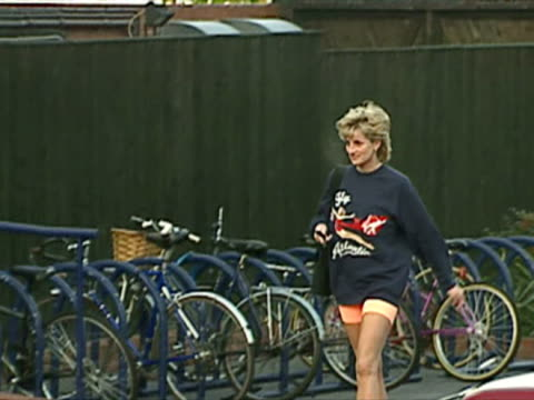 princess diana arrives at chelsea harbour club gym - 1995 bildbanksvideor och videomaterial från bakom kulisserna