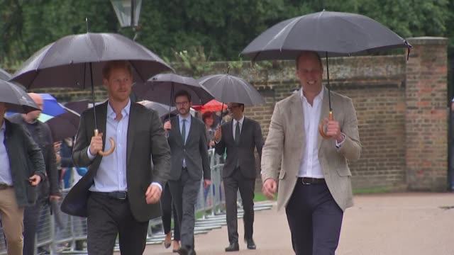 princess diana death 20th anniversary eve princes william and harry visit kensington palace memorial garden england london kensington kensington... - kensington palace video stock e b–roll