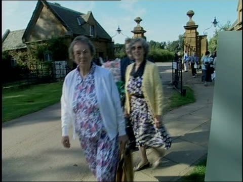 princess diana death claims: general views people at althorp; england: northamptonshire: althorp: ext people entering through gates of althorp / bus... - northamptonshire stock-videos und b-roll-filmmaterial