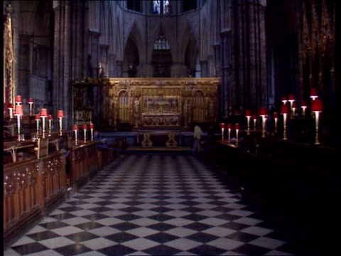 vidéos et rushes de la westminster abbey tilt int various shots of the interior of the abbey i/c london st pauls cathedral ext major state funeral of winston churchill... - funérailles