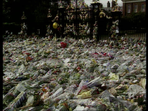 London Kensington Palace Mourners outside palace where thousands of bouquets and cards lay Buckingham Palace Buckingham Palce with hundreds of people...