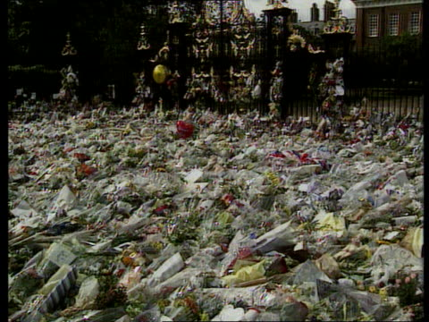 stockvideo's en b-roll-footage met london kensington palace mourners outside palace where thousands of bouquets and cards lay buckingham palace buckingham palce with hundreds of people... - dood begrippen