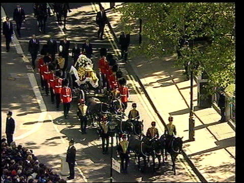 judge's report; lib westminster: ext tgv princess diana's funeral procession along to westminster abbey tx 3.9.99/nn - funeral stock videos & royalty-free footage