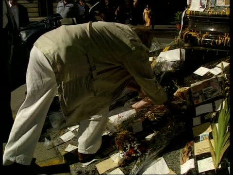 vídeos y material grabado en eventos de stock de judge's report; ltn: bill neely itn lib held bureau france: paris: ext tbv person laying flowers with tributes to diana, princess of wales, at base... - monumento