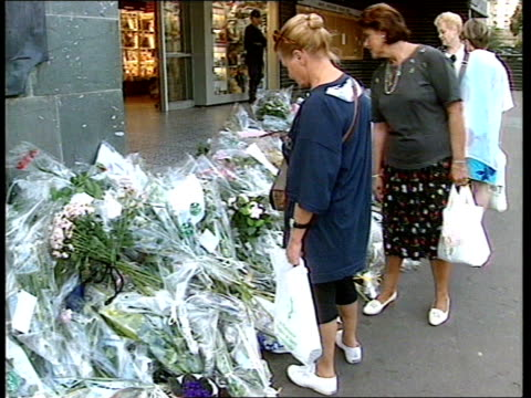police investigation; itn pitie-salpe-triere hospital: mourners outside hospital where flowers lay and rememberance cards have been left british... - mourning stock videos & royalty-free footage