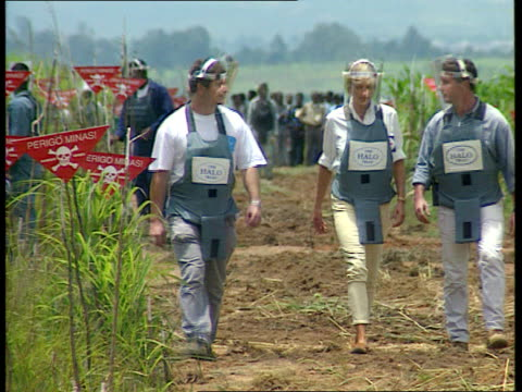 Princess Diana French newspaper interview EEN LIB Princess Diana walking thru minefield with others