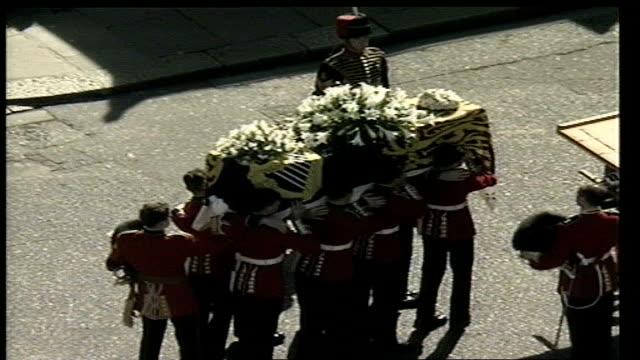 welsh guardsman remembers lib welsh guardsmen process along carrying coffin of princess diana followed by prince william prince harry prince charles... - 葬儀点の映像素材/bロール