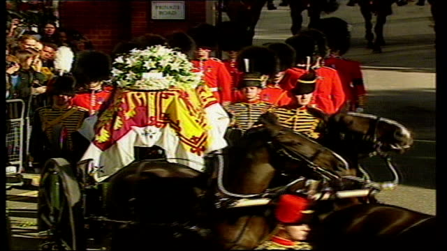 princess diana funeral: welsh guardsman remembers; lib westminster: ext cutaway guardsmen leading gun carriage carrying coffin of princess diana... - typisch walisisch stock-videos und b-roll-filmmaterial
