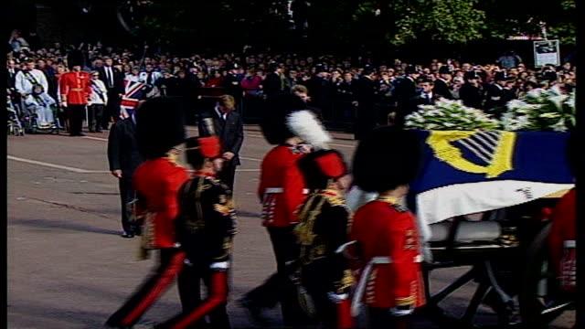 welsh guardsman remembers lib westminster funeral cortege along past prince wiliiam prince harry prince charles earl spencer prince philip / coffin... - herzog von edinburgh stock-videos und b-roll-filmmaterial