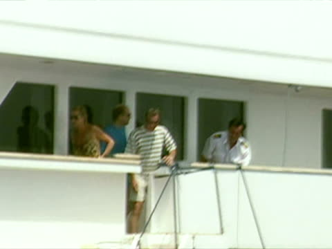 princess diana in swimsuit on dodi al fayed's yacht in st tropez - anno 1997 video stock e b–roll