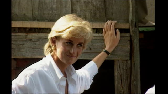 princess diana inquest: interview with hasnat khan; 9.8.1997 r08089701 bosnia herzegovina: dobrinia: princess diana, wearing white shirt, leaning... - hasnat khan stock-videos und b-roll-filmmaterial