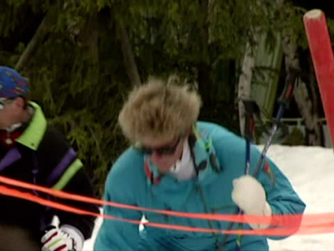 princess diana skiing in austria - anno 1994 video stock e b–roll