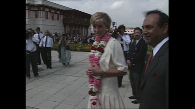 stockvideo's en b-roll-footage met princess diana visits hindu temple in neasden england london neasden neasden temple ext princess diana princess of wales arrives / diana greeting and... - guirlande