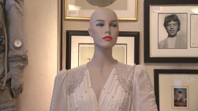 vidéos et rushes de princess diana worn zandra rhodes white chiffon evening dress at the gotta have rock and roll's the rock & roll pop culture auction princess diana... - rock moderne