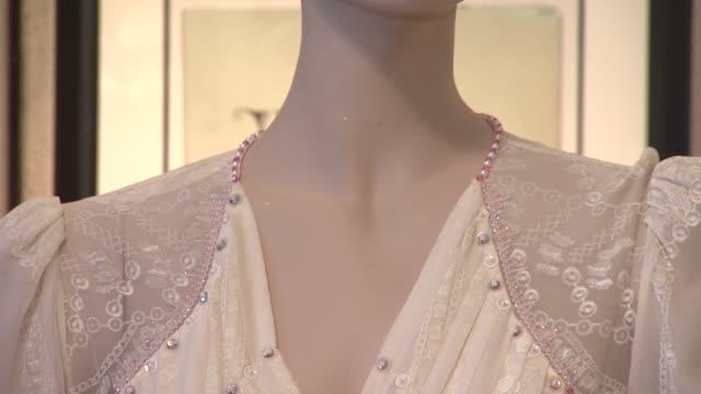 vidéos et rushes de princess diana worn zandra rhodes white chiffon evening dress at gotta have rock and roll's the rock & roll pop culture auction princess diana worn... - rock moderne