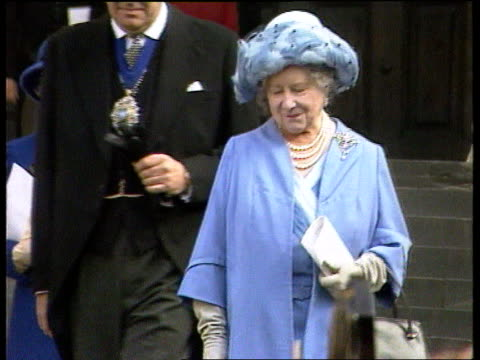 princess diana's grandmother lady fermoy dies ext london st paul's cathedral cms queen mother on steps of st paul's lady fermoy in b/g as down steps... - アルファベットのb点の映像素材/bロール