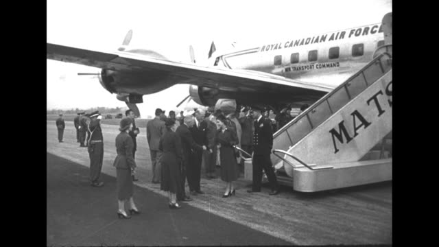 princess elizabeth and duke of edinburgh deplane in washington dc / greeted by president harry s truman bess margaret / vs elizabeth truman get in... - 1951 bildbanksvideor och videomaterial från bakom kulisserna