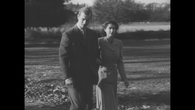 vídeos de stock, filmes e b-roll de princess elizabeth and philip duke of edinburgh walk arminarm during their honeymoon at the broadlands manor in romsey hampshire england pan corgi... - lua de mel