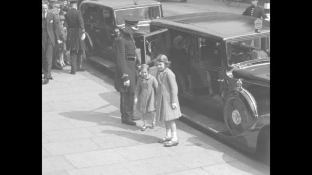 stockvideo's en b-roll-footage met princess elizabeth princess margaret their mother elizabeth duchess of york and father prince albert duke of york get out of car and are greeted by... - prinses margaret windsor gravin van snowdon