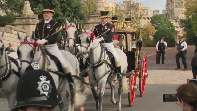 vídeos y material grabado en eventos de stock de princess eugenie and jack brooksbank wedding: carriage departs castle grounds; england: berkshire: windsor: ext carriage along leaving windsor castle... - carruaje