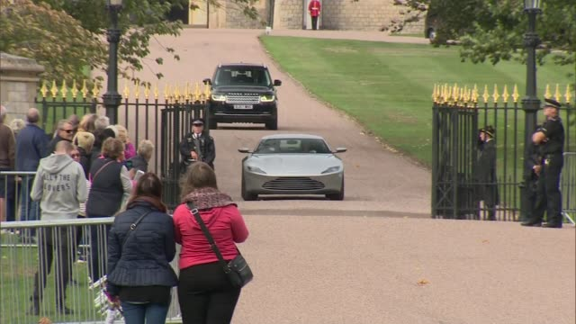 vidéos et rushes de princess eugenie and jack brooksbank wedding family departs windsor castle in cars england berkshire windsor ext aston martin db10 along from windsor... - monarchie anglaise