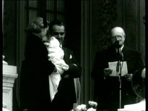 princess grace on balcony with princess caroline in her arms / brief speeches to crowd by mayor and prince rainier / royal couple pose with baby to... - fürst rainier iii. von monaco stock-videos und b-roll-filmmaterial