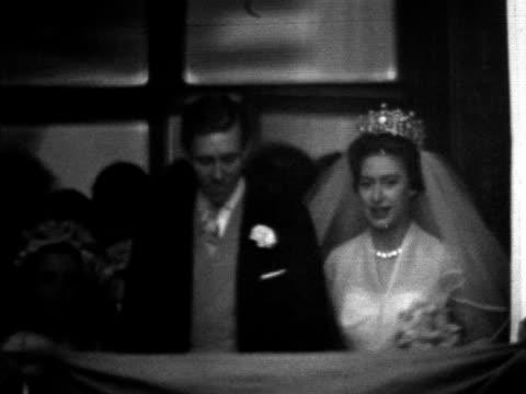 vídeos de stock e filmes b-roll de princess margaret and antony armstrong-jones walk out onto the balcony of buckingham palace on their wedding day. 1960. - arco caraterística arquitetural