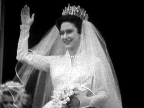 vídeos de stock e filmes b-roll de princess margaret and antony armstrong-jones wave from the balcony of buckingham palace on their wedding day. 1960. - arco caraterística arquitetural