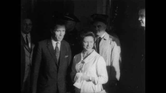 stockvideo's en b-roll-footage met princess margaret and lord snowden meet up at kennedy airport to dispel rumors of a separation / a large crowd of onlookers and press are on hand for... - prinses margaret windsor gravin van snowdon