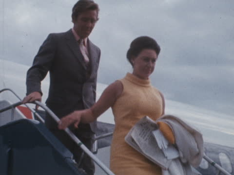 stockvideo's en b-roll-footage met princess margaret and lord snowdown leave a passenger aircraft at london airport - prinses margaret windsor gravin van snowdon