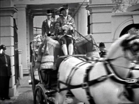 princess margaret and prince philip leave clarence house in a horse drawn carriage on her wedding day 1960 - ウマ科点の映像素材/bロール