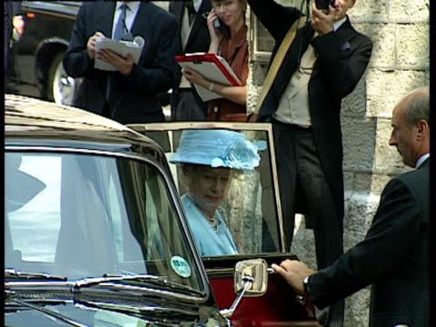 vídeos y material grabado en eventos de stock de princess margaret arriving at the wedding of lady sarah armstrong jones and daniel chatto london 14th july 1994 - 1994