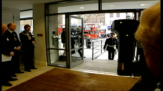 vidéos et rushes de queen visits booth house in east london england london whitechapel booth house int gv car along as seen through doorway queen elizabeth ii out from... - composition florale