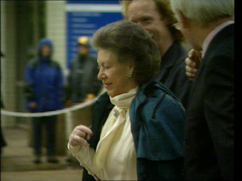 stockvideo's en b-roll-footage met health problems princess margaret health problems lib london st thomas' hospital princess margaret chatting as along during visit to unveil statue... - prinses margaret windsor gravin van snowdon