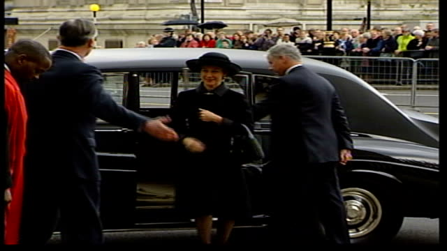 princess margaret memorial service:; england: london: westminster: westminster abbey: ext couple arriving, duke of kent arriving; prince andrew... - 後を追う点の映像素材/bロール