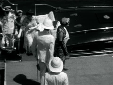 vídeos de stock, filmes e b-roll de princess margaret on tour of east africa zanzibar ext guards fire cannons from quayside as royal yacht britannia arrives / crowds of people in... - vestimenta religiosa