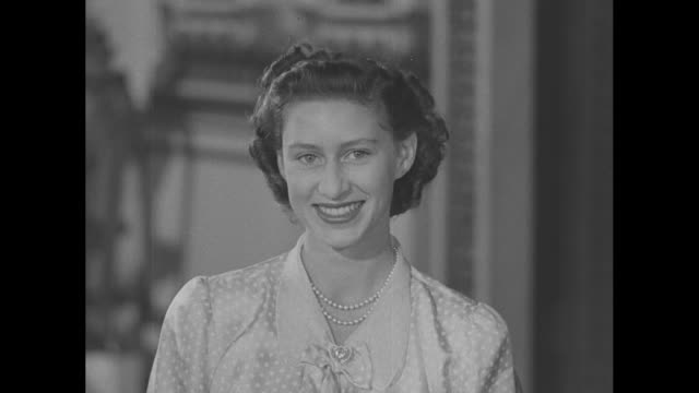 stockvideo's en b-roll-footage met princess margaret poses for photos in buckingham palace / note exact day not known - prinses margaret windsor gravin van snowdon