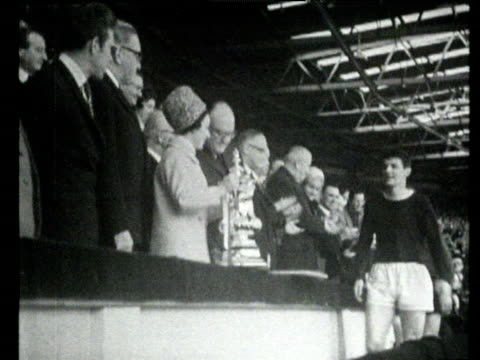princess margaret presents trophy to everton captain brian labone everton vs sheffield wednesday 1966 fa cup final wembley london - principessa margaret contessa di snowdon video stock e b–roll